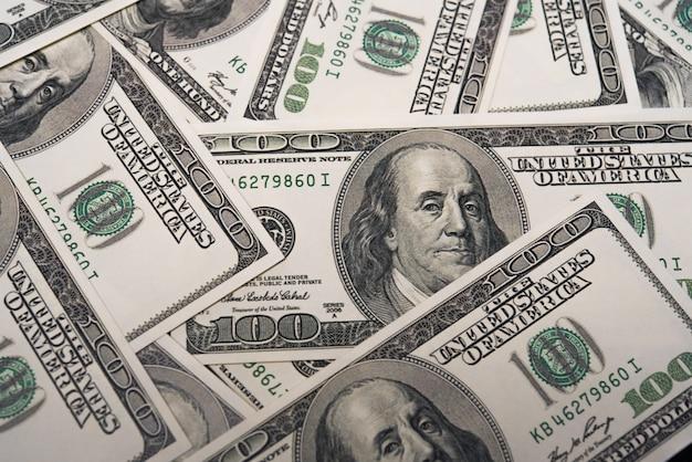 Una pila di cento fatture del dollaro. concetto economico e finanziario dell'america