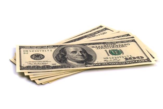 Una pila di cento fatture del dollaro stati uniti su priorità bassa bianca