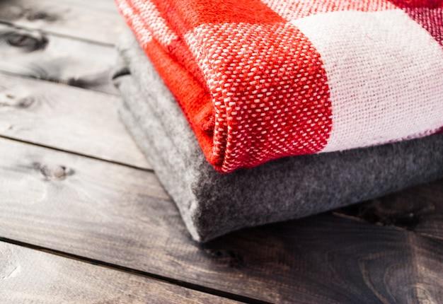 Una pila di coperte colorate