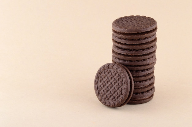 Una pila di deliziosi biscotti o biscotti alla panna