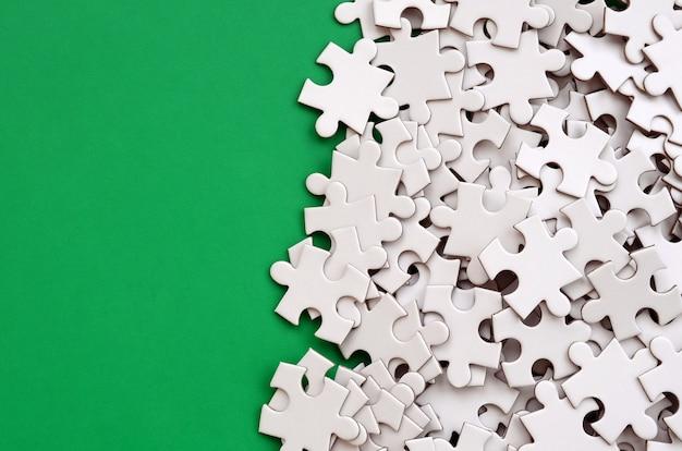 Una pila di elementi non letti di un puzzle bianco si trova