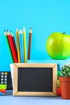 Una pila di libri e materiale scolastico. scrivania, educazione, scuola.