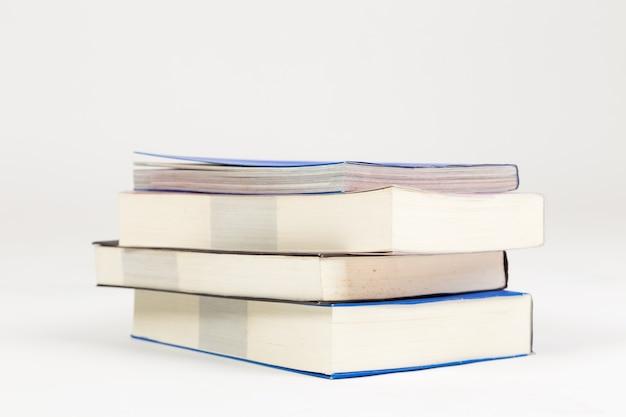 Una pila di libri su uno sfondo bianco.
