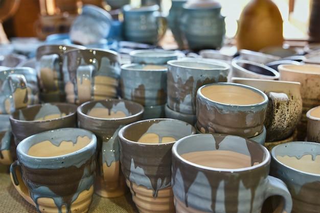 Una pila di tazze in ceramica dipinte a mano