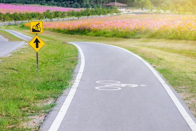 Una pista ciclabile per ciclisti