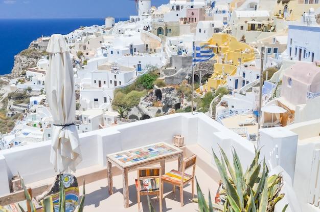 Una pittoresca cittadina sulla collina di santorini