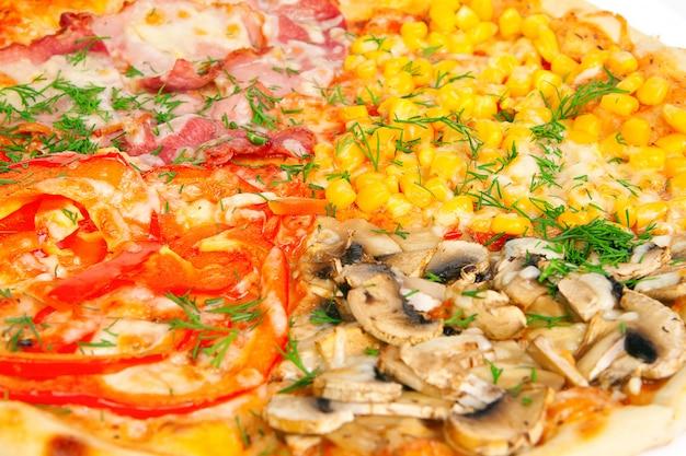 Una pizza di quattro colori, colpo alto vicino