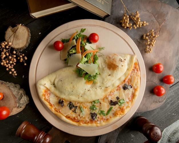Una pizza di quattro formaggi nel piatto