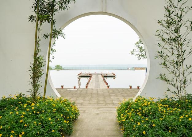 Una porta rotonda nel giardino