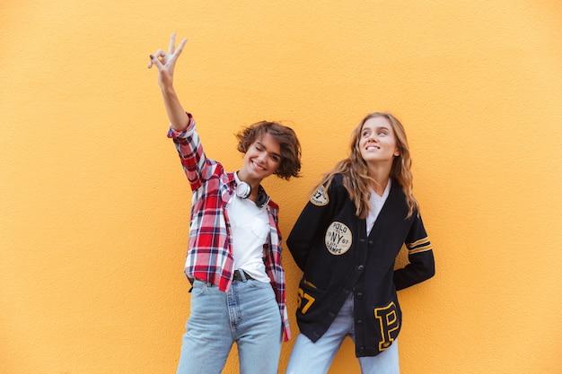 Una posa felice di due giovani adolescenti