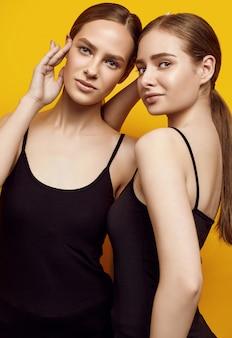 Una posa sensuale di due una bella giovani donne