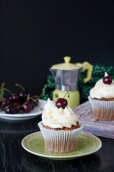 Una prelibatezza: cupcakes glassati con ciliegie in cima.