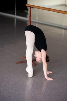 Una ragazza a una lezione di balletto