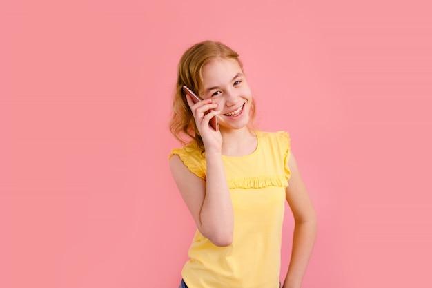 Una ragazza adolescente che parla al telefono