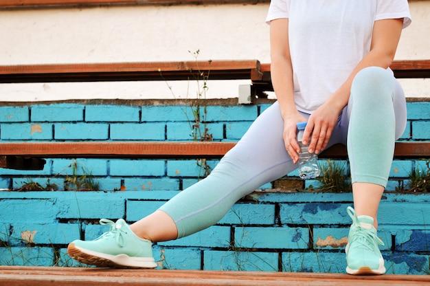 Una ragazza attiva con eccesso di peso sta per andare a fare sport per perdere peso allo stadio.