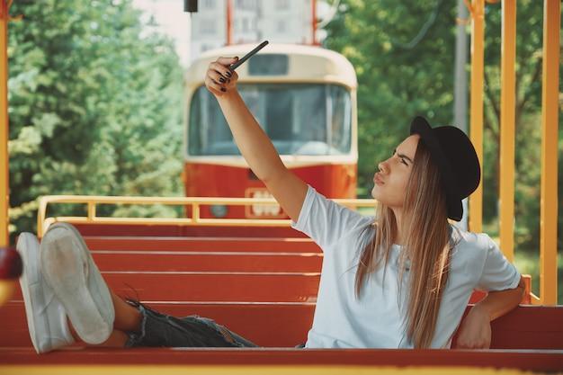 Una ragazza attraente scatta foto per il suo blog mentre viaggia