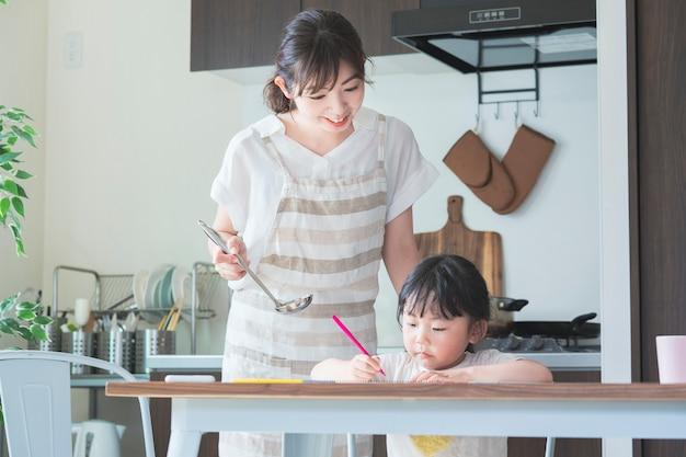 Una ragazza che disegna in cucina