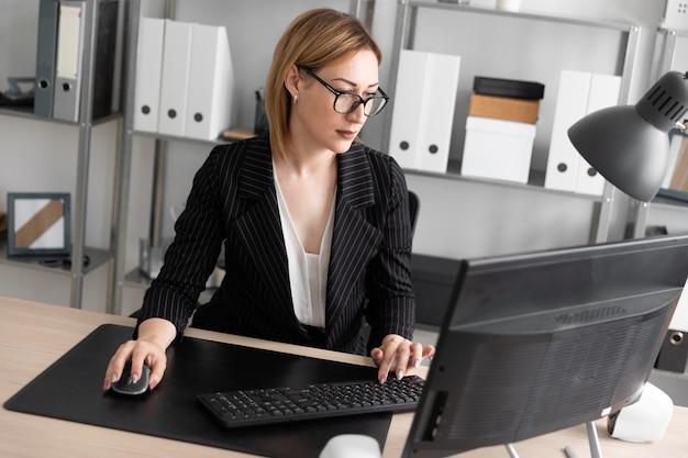Una ragazza che lavora ad un computer in ufficio.