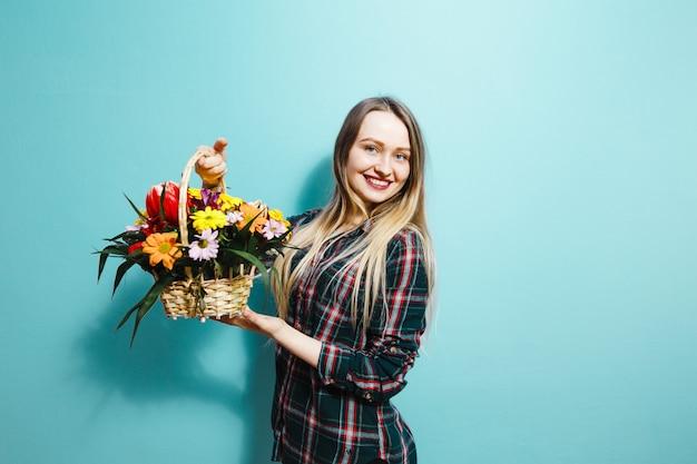 Una ragazza che riceve un cesto regalo con fiori