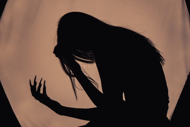 Una ragazza con i capelli lunghi di una strega sta cercando di incendiarsi