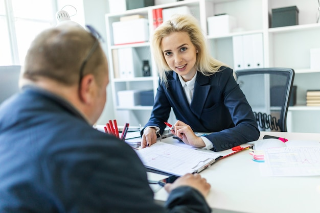 Una ragazza è seduta a un tavolo in office.inter