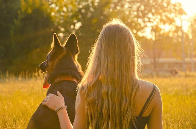 Una ragazza e un cane