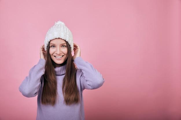 Una ragazza gentile, dolce e affascinante in comodi vestiti caldi