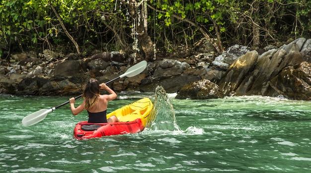 Una ragazza in canoa