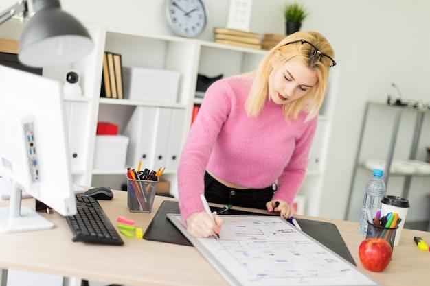Una ragazza lavora in ufficio con un pennarello e una lavagna magnetica.