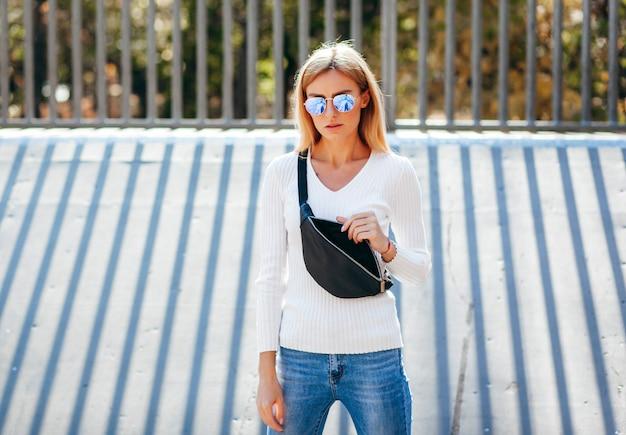 Una ragazza modella alla moda allo skate park