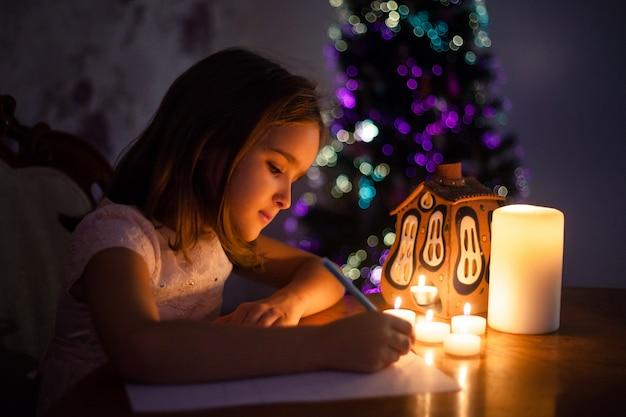 Una ragazza scrive una lettera a babbo natale