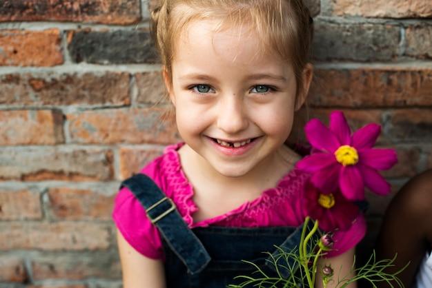 Una ragazza sta sorridendo con il fiore