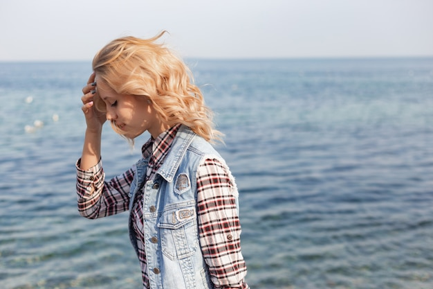 Una ragazza trascorre il tempo sulla costa
