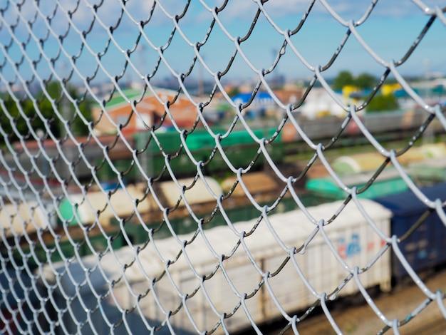 Una recinzione fatta di rete metallica