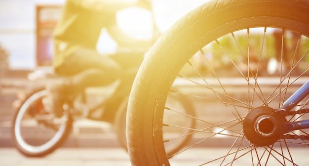 Una ruota di bicicletta bmx sullo sfondo di una strada sfocata