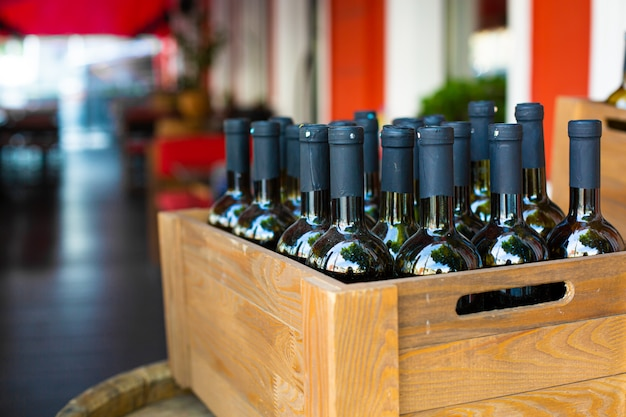 Una scatola di legno piena di bottiglie di vino