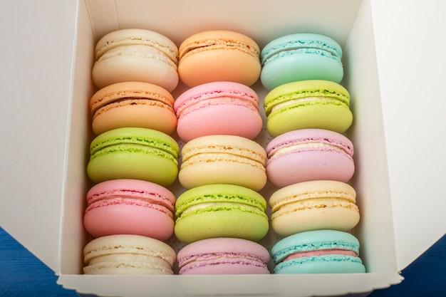 Una scatola di macarons colorati freschi.