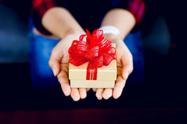 Una scatola regalo per ragazze con chris smooth celebra il capodanno con una copia dell'area di testo.