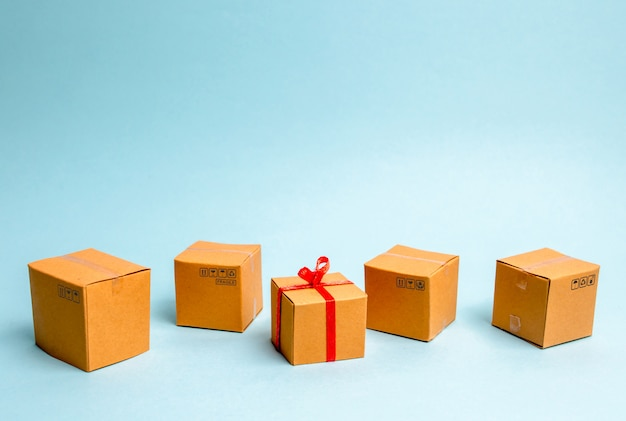 Una scatola regalo si trova tra le altre scatole. il concetto di vendita di beni e servizi, acquisto di regali