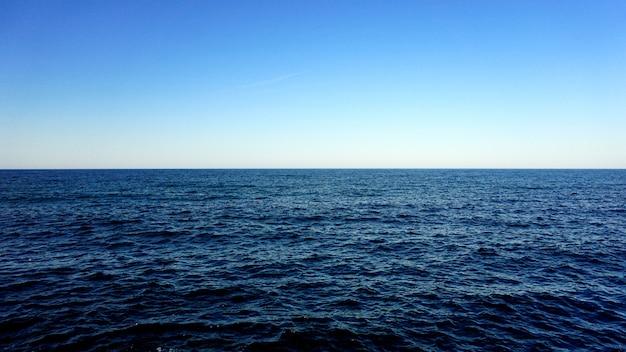 Una scena di cielo blu e vista sul mare