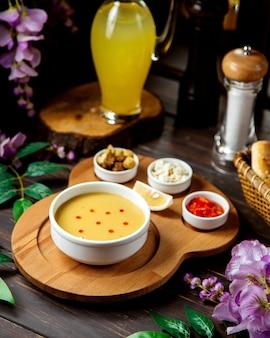 Una scodella di zuppa di lenticchie servita con limone