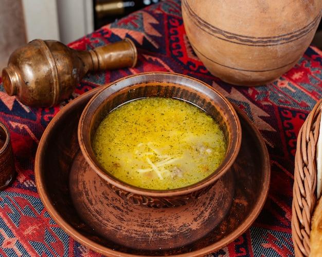 Una scodella di zuppa di polpette con vermicelli