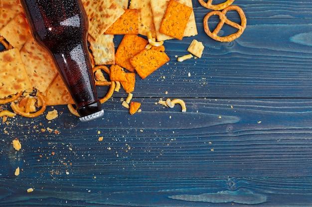 Una selezione di birre e snack in legno