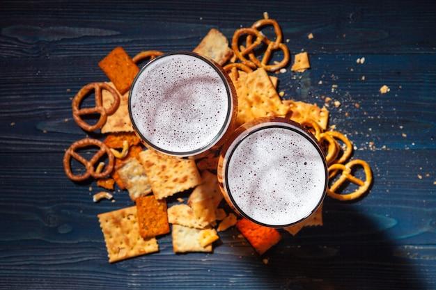 Una selezione di birre e snack