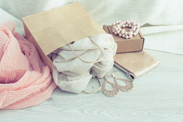 Una serie di accessori moda femminile shopping sciarpa gioielli.