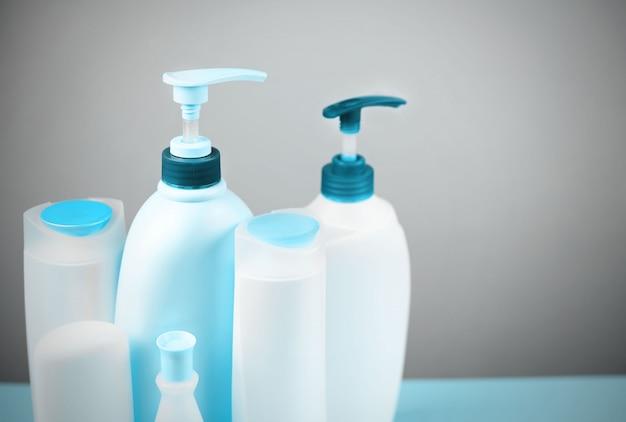 Una serie di cosmetici per il corpo colorato in blu.