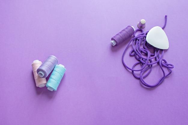 Una serie di fili per cucire su viola
