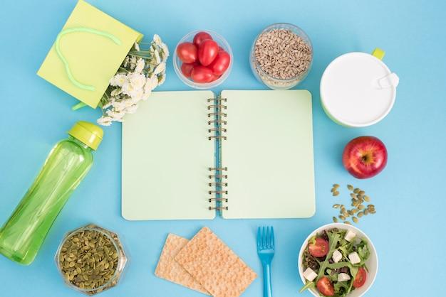Una serie di prodotti utili, ciliegia pomodoro, mela frutta semi di plastica da tavola fiori bianchi insalata fresca