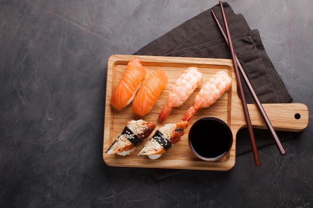 Una serie di sushi con salmone, gamberetti e anguilla.