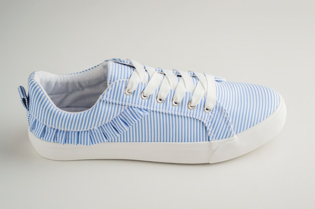 Una sneaker femminile a righe blu